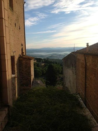 Appartementi Casa la Torre - Nomipesciolini: early morning view from our bedroom window
