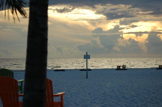 Plaza Beach Hotel - Beachfront Resort : Watching the sunset going down from the Tiki Hut