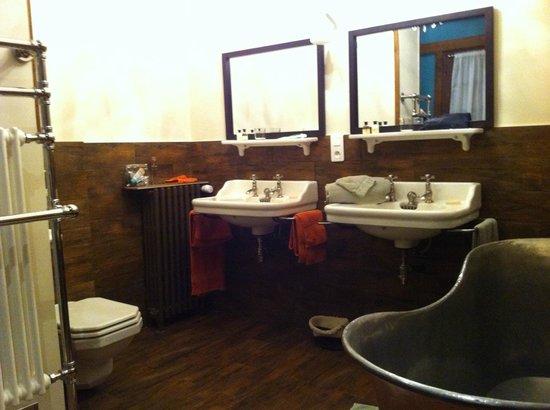 Manoir de Beaumarchais: Une jolie salle de bain