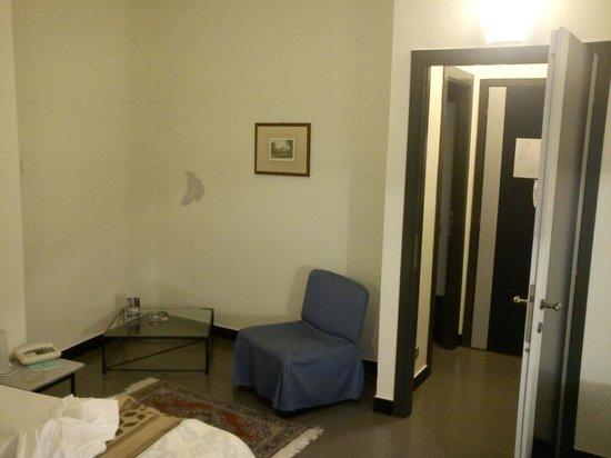 Grand Hotel Mediterranee: Scorcio della camera, con parete scrostata.