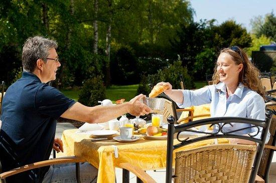 "Rest. Strandauster im Ringhotel Strandblick: Frühstück auf der Terrasse im Restaurant ""Strandauster"""