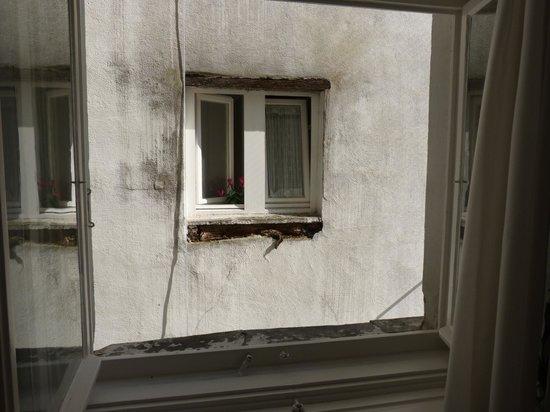 Medusa Hotel: gefühlte Entfernung 80 cm - unsagbar schlimm - und Nachts Dauerlicht
