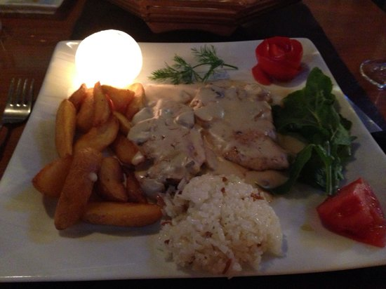Almera Restaurant: Chicken with mushroom. Beautiful. Presentation fab too!!
