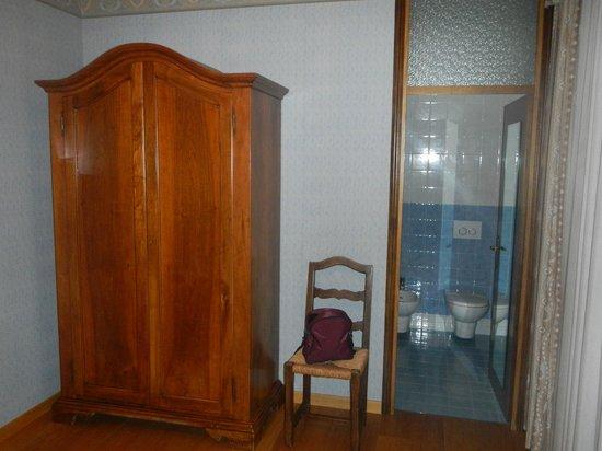 Villa Soligo Hotel: Ein Schrank ohne Regale ist für einen längeren Aufenthalt knapp