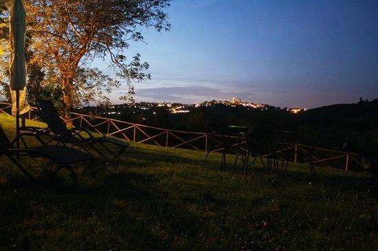 Agriturismo Poggiacolle: Blick auf San Gimignano am Abend