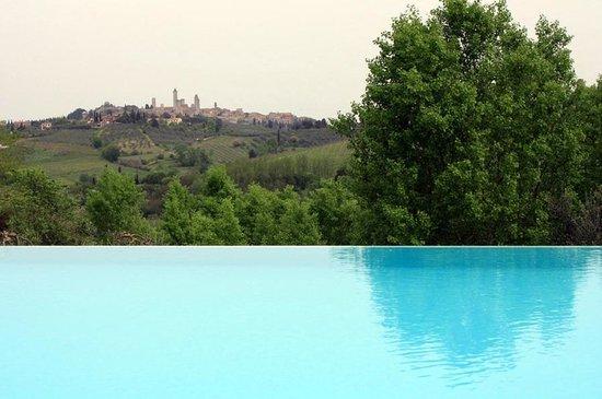 Agriturismo Poggiacolle: Pool mit Blick auf San Gimignano