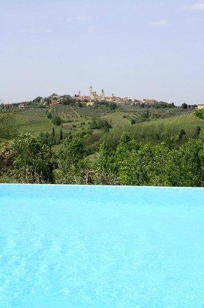 Agriturismo Poggiacolle: Überlaufpool mit Blick auf San Gimignano
