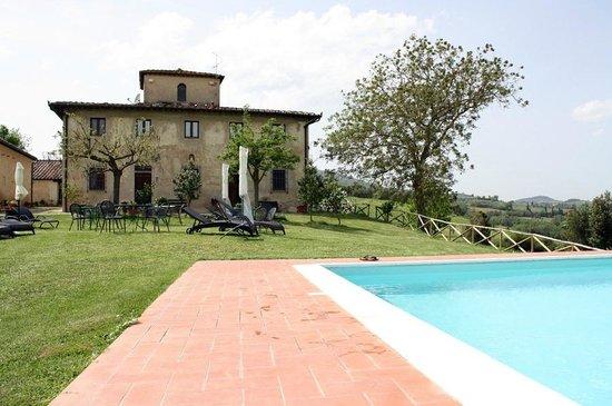 Agriturismo Poggiacolle: Pool und Hauptgebäude