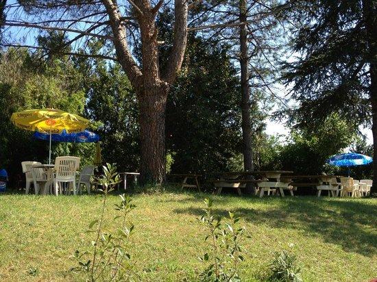 L'Oasis Pizza : une terrasse sous les arbres et jeux enfants