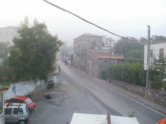 """Bellavia Relais B&B: il """"parcheggio"""" a sinistra, sotto il balcone ombrelloni del PUB del caos"""