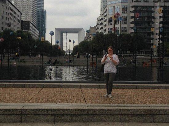 Citadines La Defense Paris: Esplanade de La Defense - På toppen av metrostasjonen med utsikt mot Grand Arch