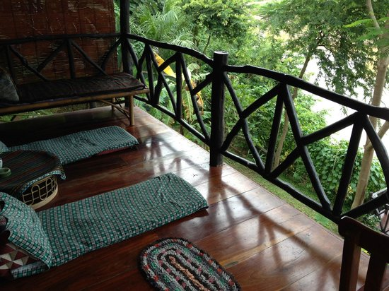 Thongbay Guesthouse: Outside bungalow
