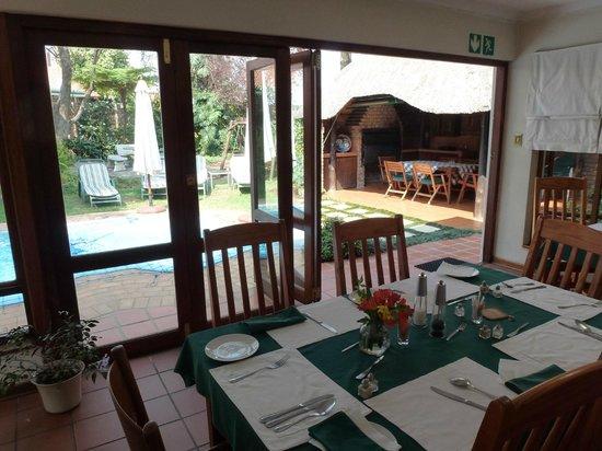 Natanja Guest House & Self-catering: Uitzicht vanuit de ontbijtkamer op tuin en zwembad.