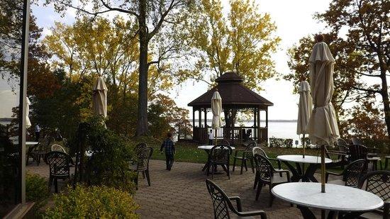 Auberge du Lac Saint-Pierre : aire de repos vue sur fleuve
