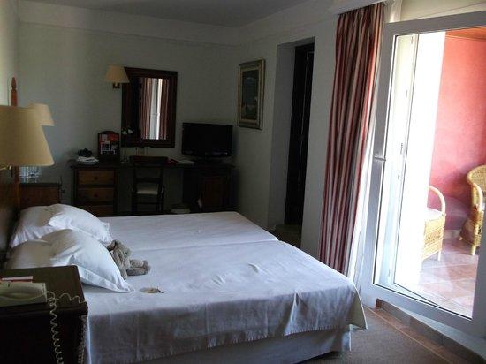 Hotel Cala Sant Vicenc: une petite chambre avec balcon