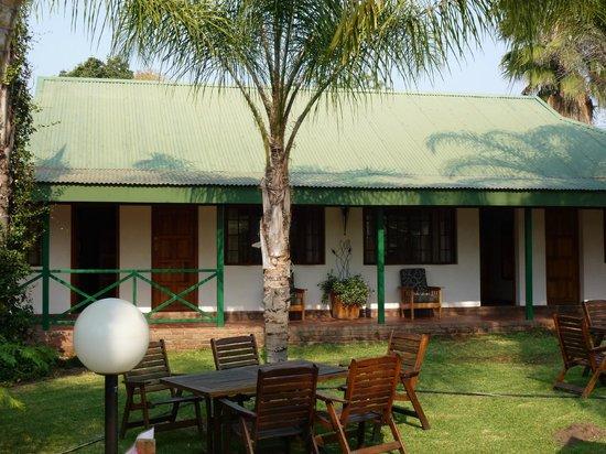 Tzaneen Country Lodge : Kamers met uitzicht op binnentuin met zitjes.