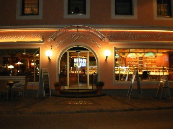 Ext rieur nuit ocobre 2013 bild von restaurant tyrol for Exterieur nuit