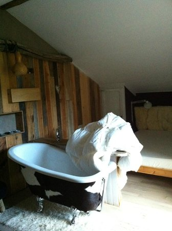 Moonlight Chalet : One of the bedrooms with bath
