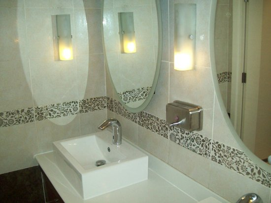 Gold Reef City Theme Park Hotel: business center toilets
