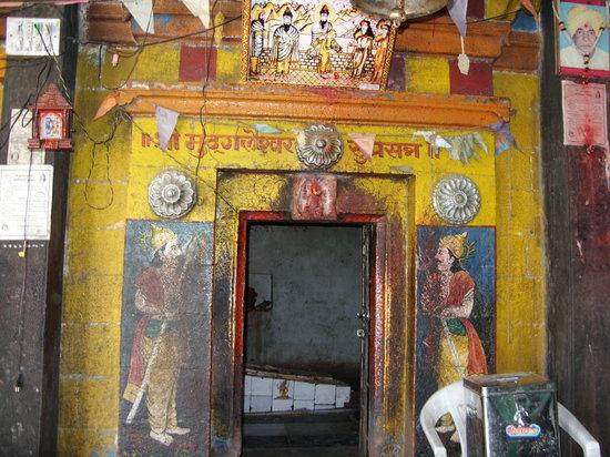 Parbhani, الهند: Mudgaleshwar Temple on the shore of Godavari River