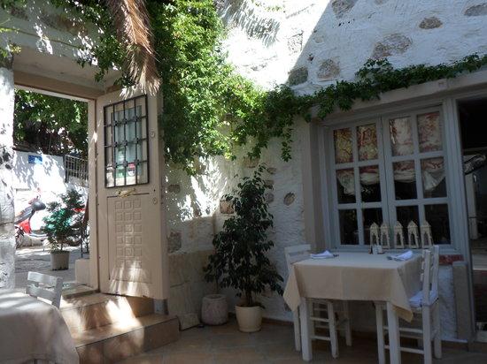 Evimiz: courtyard dining
