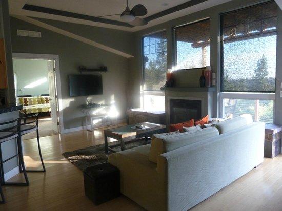 The Hanford House Inn: living room- so luxurious!