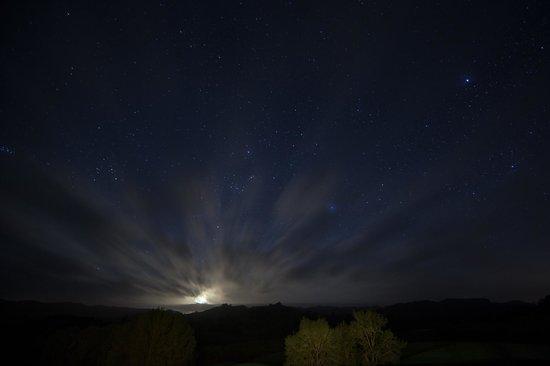 Ashgrove Farmstay & Farm Tours: The porch overlooks the farm, night shot