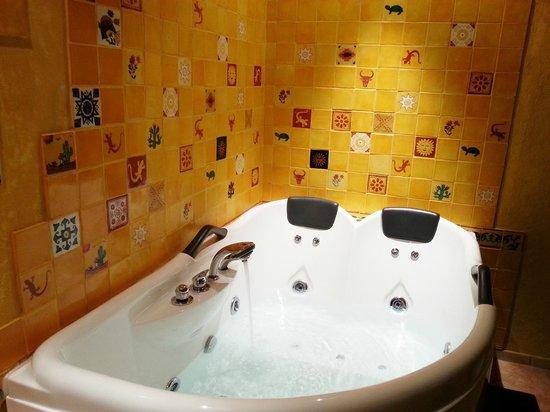 Domaine de la Croix du Vexin : Salle de bain avec jacuzzi