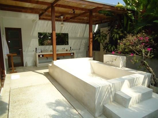 Nyaman Villas : the master bedroom outdoor bathroom in the 4 bedroom villa