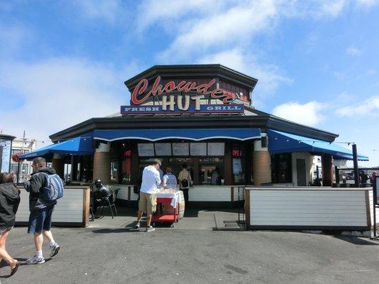Chowder Hut Grill: Locale con teca all'ingresso
