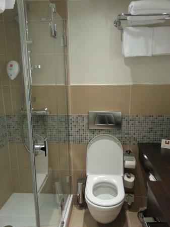 Leonardo Hotel Vienna: Bathroom