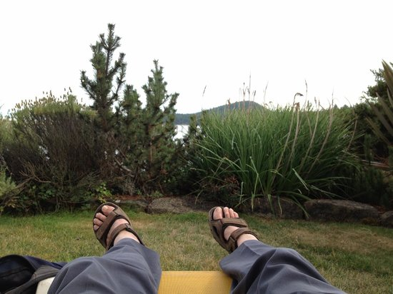 Galiano Oceanfront Inn and Spa: Relaxing in the garden