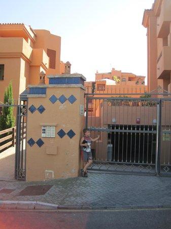 Royal Suites Marbella: entrada al garaje
