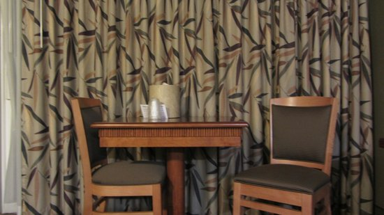 Surf & Sand Lodge: Table
