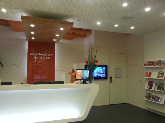 easyHotel Amsterdam City Centre South: Reception area