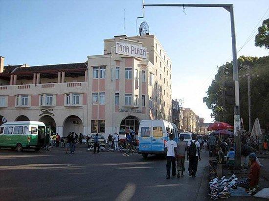 Hotel Tana Plazza: View from street