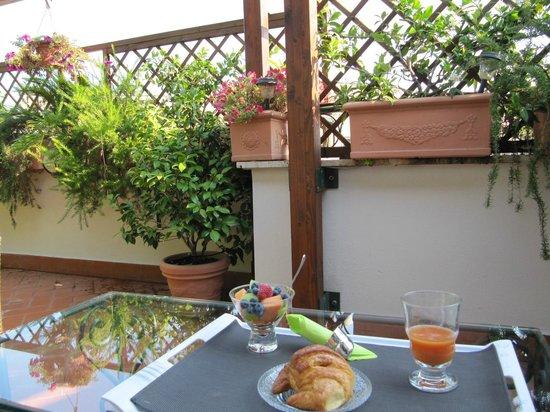 Althea Inn Roof Terrace : Breakfast on the terrace