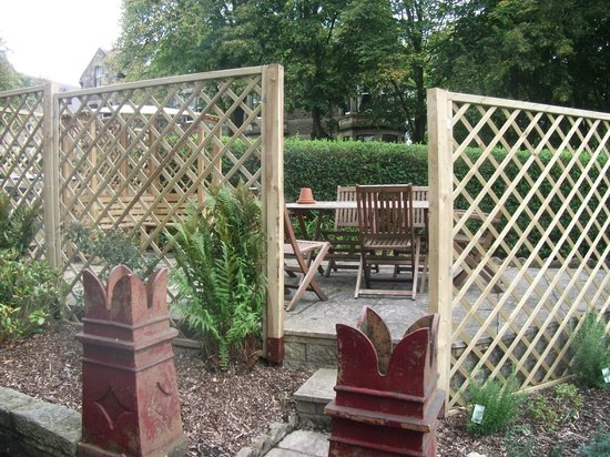 Griff House Bed & Breakfast: The patio and smoking area