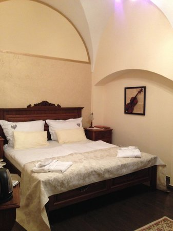 Residence U Cerneho Orla : The comfortable bed