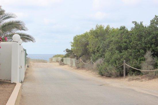 Hostal Santi : Strada che porta alla spiaggia (di notte è compeltamente buia)