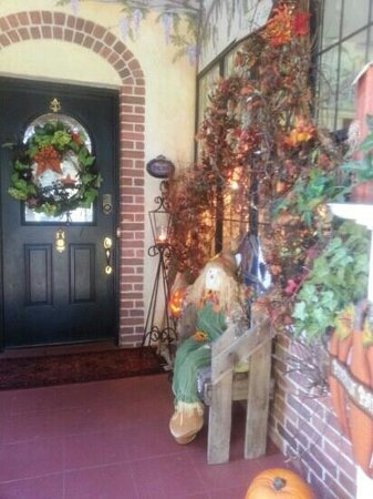 Town Manor Bed and Breakfast: Decorated for Fall.