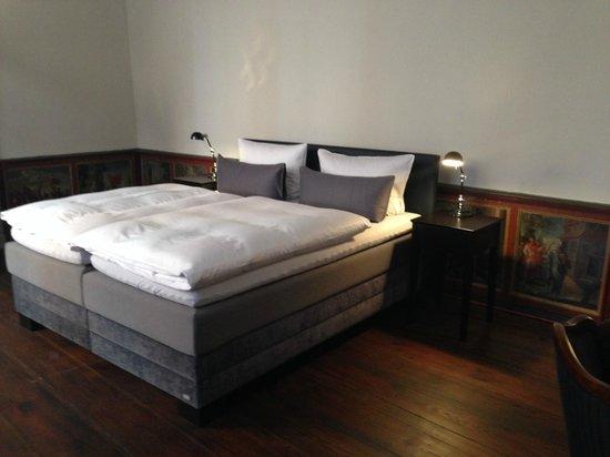 Hotel Anno 1216: Suite mit wunderschönen kleinen Gemälden, die vom Boden bis zu Kniehöhe reichen