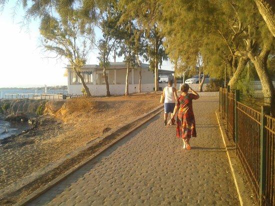Amarilia Hotel: walkway along beach