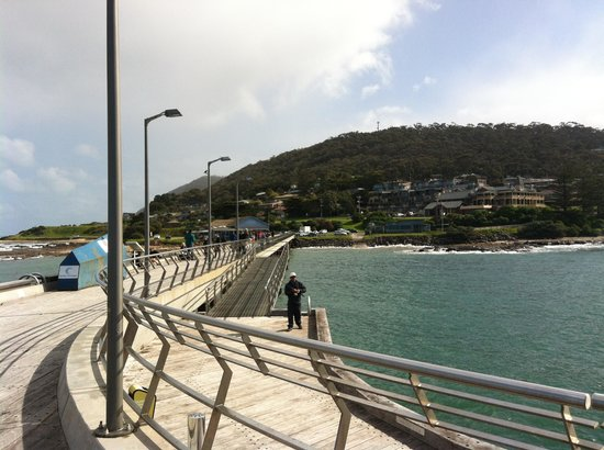 Grand Pacific Hotel Lorne: The hotel viewed from the end of the pier