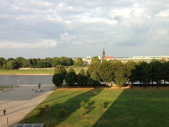 Maritim Hotel Dresden: Blick auf dem Elbufer vom Zimmer aus.
