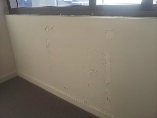 Quality Suites Fremantle: Bedroom water damage