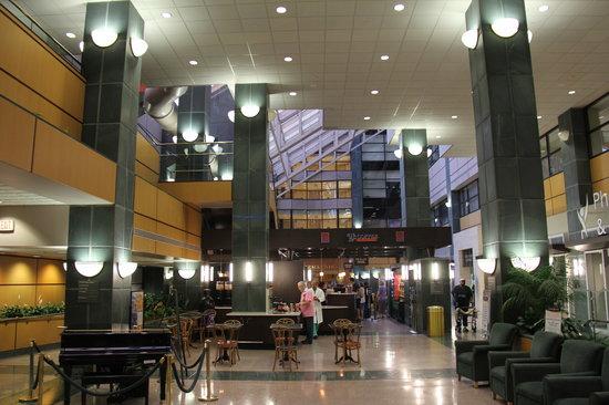 Brent House Hotel & Conference Center: Adjacent hospital atrium with coffee bar, etc.