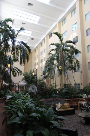 Brent House Hotel & Conference Center: Motel atrium with guest rooms looking into space