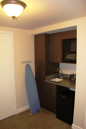 Brent House Hotel & Conference Center: Small kitchenette at entry vestibule