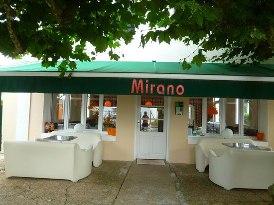 Mirano Hotel: Just inside the gate.